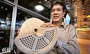 新加坡公用事業局3P網絡署長馬哈萬(George Madhavan)稱,推行污水變食水,最大的困難不在科技,而在政府的決心及推動力。圖為他手持過濾污水的薄膜模型。(盧翊銘攝)