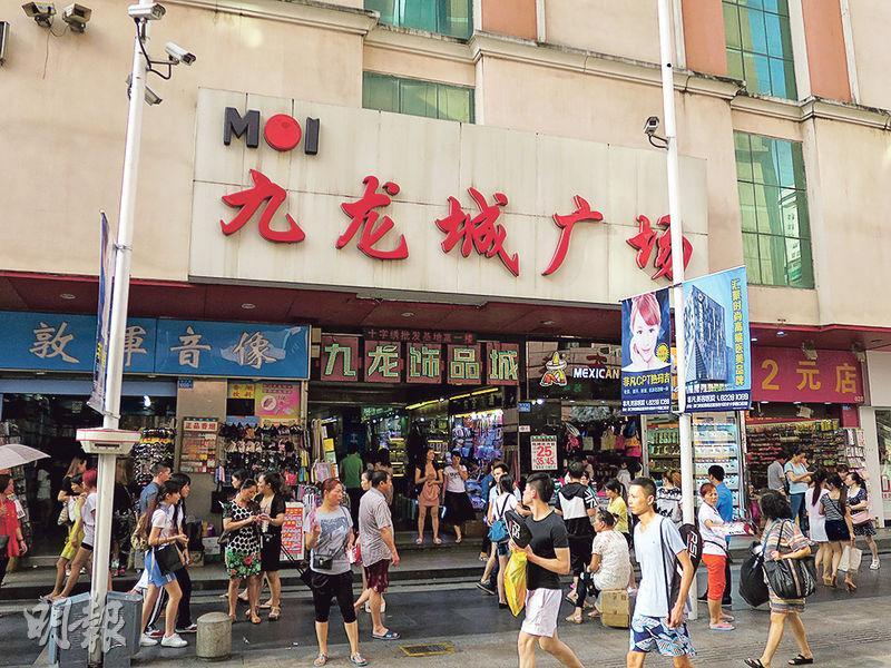 深圳東門的九龍城廣場門外聚集了最多推銷員,樓上也有多間美容院。(明報記者攝)