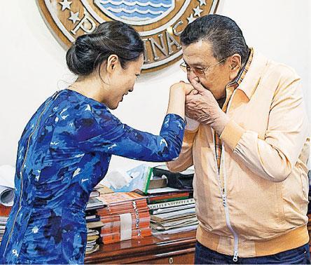 訪問完畢後,埃斯特拉達(右)對記者行吻手禮告別。(李澤彤攝)