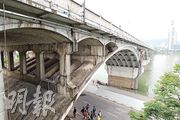 內地企業通過國內基建潮打下基礎,準備借「一帶一路」東風向海外擴張,但內地舊有基建亦開始顯得殘破。圖為1972年建成通車的長沙橘子洲大橋,43年來仍是全國最長的雙曲拱橋。(林俊源攝)