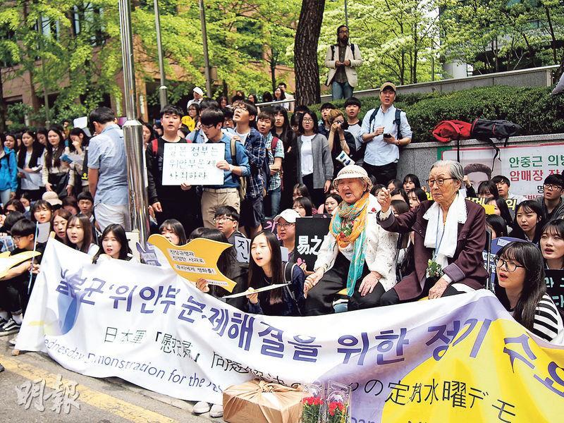 「慰安婦」問題備受韓國社會關注。自1990年代起,不同組織逢周三中午都會到首爾日本大使館門外集會示威,促日本就強徵「慰安婦」道歉及賠償。多間學校學生5月趁母親節前在日本大使館門外集會,向兩名「慰安婦」致意。(林康琪攝)