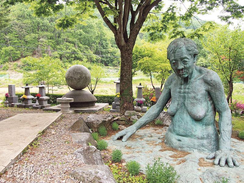 分享之家的墓園裏豎立了一尊「慰安婦」銅像。(林康琪攝)