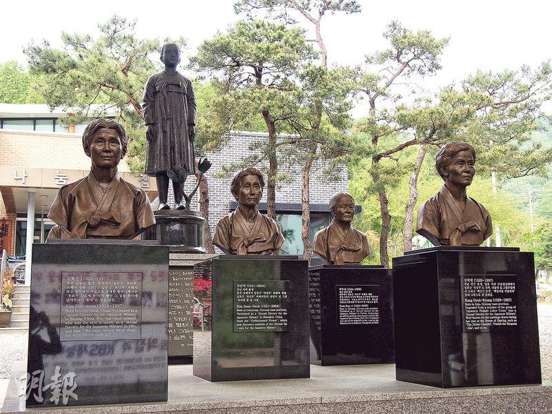 「分享之家」庭園豎立了穿著韓國傳統民族服飾的小女孩銅像,象徵當年被抓去當「慰安婦」的少女,旁邊則放置原居於「分享之家」的已故「慰安婦」銅像。(林康琪攝)