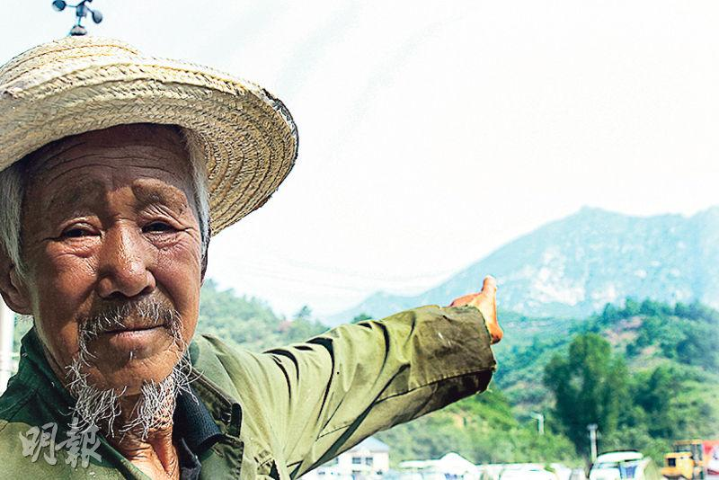 86歲村民商起旺指着遠處的喜峰口主戰場說,當時的「大刀隊」成員都是身材高大的「天兵天將」。(鄭海龍攝)