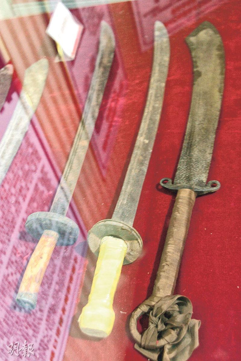 遷西縣大刀紀念館內收藏的當年29軍大刀隊所使用的大刀。(鄭海龍攝)