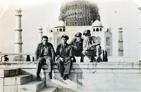 林汝良(左二)與美國戰友於1942年在印度阿格拉泰姬陵前合影。(受訪者提供)