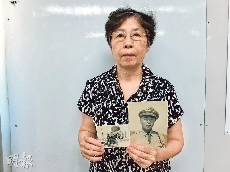 駝峰航線飛行報務員林汝良的女兒林平在香港接受訪問,手持亡父相片。(楊立贇攝)