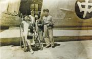 林汝良(右一)與家人在飛機前留影。(受訪者提供)