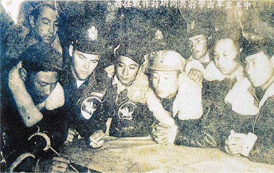 廖譚清(前排左三)與戰友共同研究作戰計劃。(受訪者提供)
