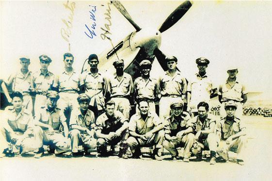 中美混合聯隊的機師在軍機前合影。(受訪者提供)