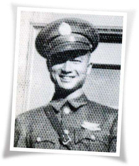 年輕時穿著國軍軍服的廖譚清。(受訪者提供)
