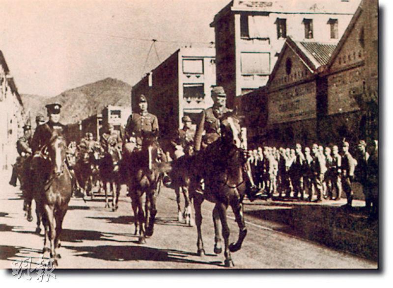 1941月12月香港淪陷後,日軍在九龍舉行入城儀式。(資料圖片)