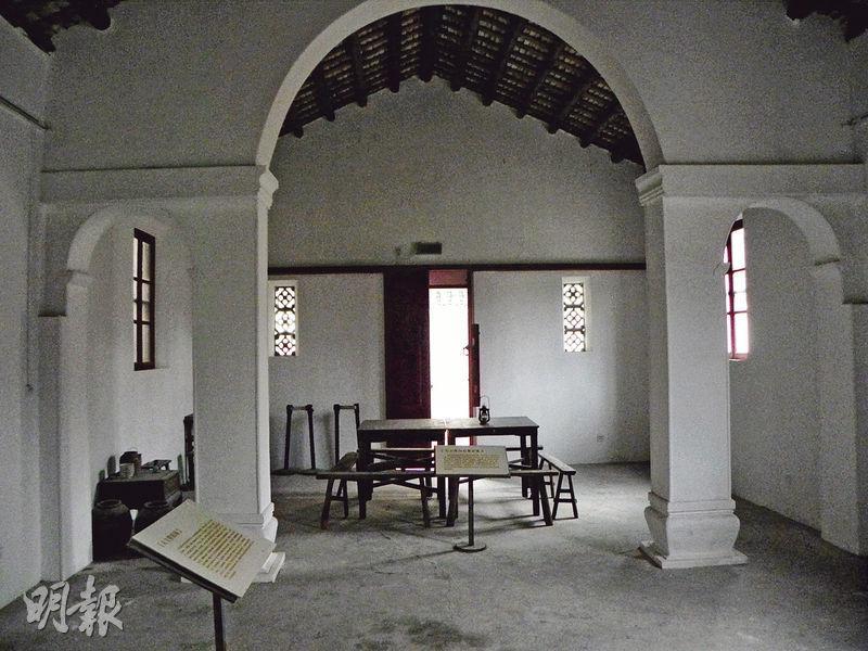 大營救紀念館內還保存了一座天主教堂,抗戰時期,教堂的神父和修女逃走了,游擊隊將此作為被營救的文化名人暫時棲身處。(李泉攝)