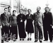 1938年,宋慶齡和她領導的保衛中國同盟中央委員會成員在香港合影。左起愛潑斯坦、鄧文釗、廖夢醒、宋慶齡、克拉克、法朗斯、廖承志。(資料圖片)