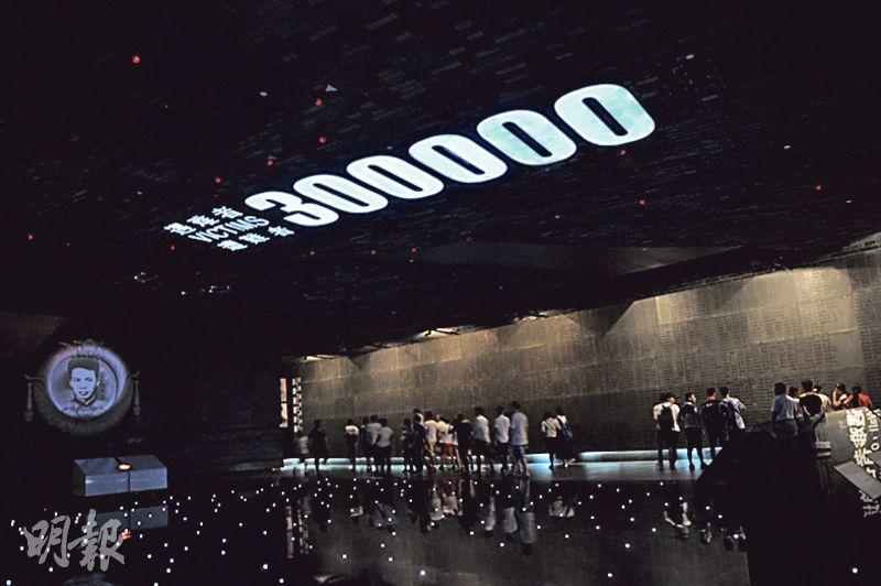 南京大屠殺紀念館的展廳,用中、英、日三種文字寫下遇難者30萬人,屏幕上滾動放映遇難者遺像。(楊立贇攝)