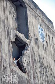 上海四行倉庫按歷史圖片重新修建,還原戰時模樣,可見牆壁千瘡百孔。(楊立贇攝)