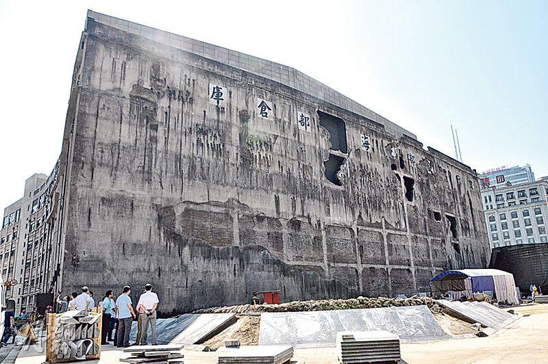 上海四行倉庫依歷史相片重新修建,日軍轟炸導致西牆上的8個大洞和430個小洞全都被還原。(楊立贇攝)