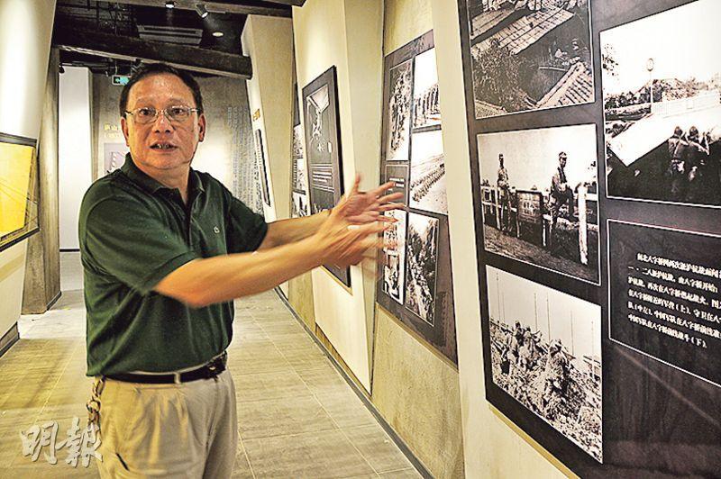 原上海四行倉庫總經理呂傳良,在今年新建的四行倉庫抗戰紀念館講解1937年淞滬會戰歷史。(楊立贇攝)