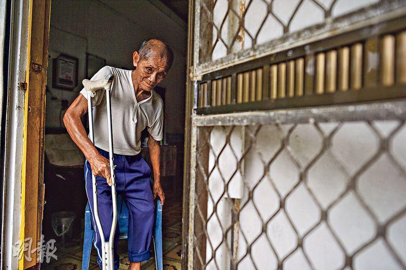 今年89歲的屏東高士村村民黃進發,當年為日本人當兵時,曾擔任高雄軍營的哨兵。(鄧宗弘攝)