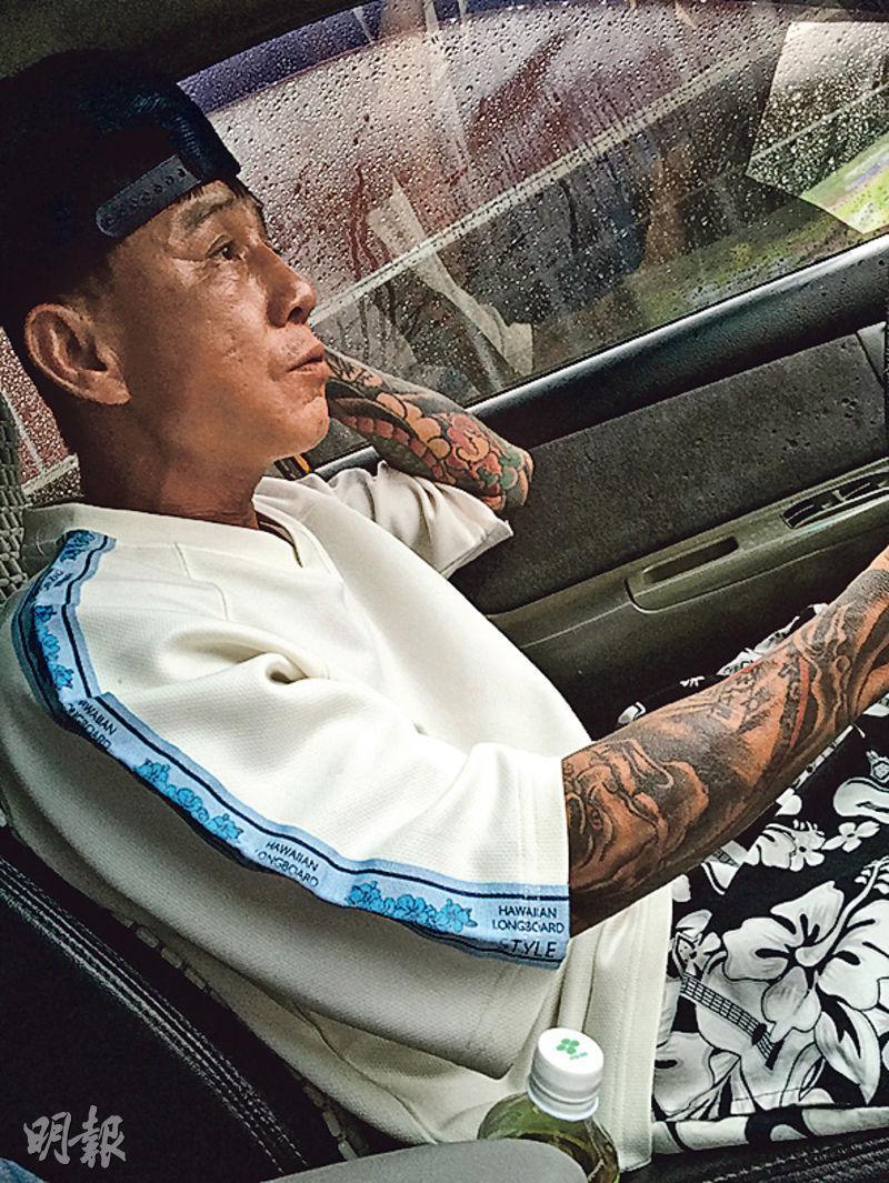 載我們入山採訪的司機全身手腳都是紋身,看上去兇神惡煞,其實人很和善,溫文有禮。(蔡志郁攝)