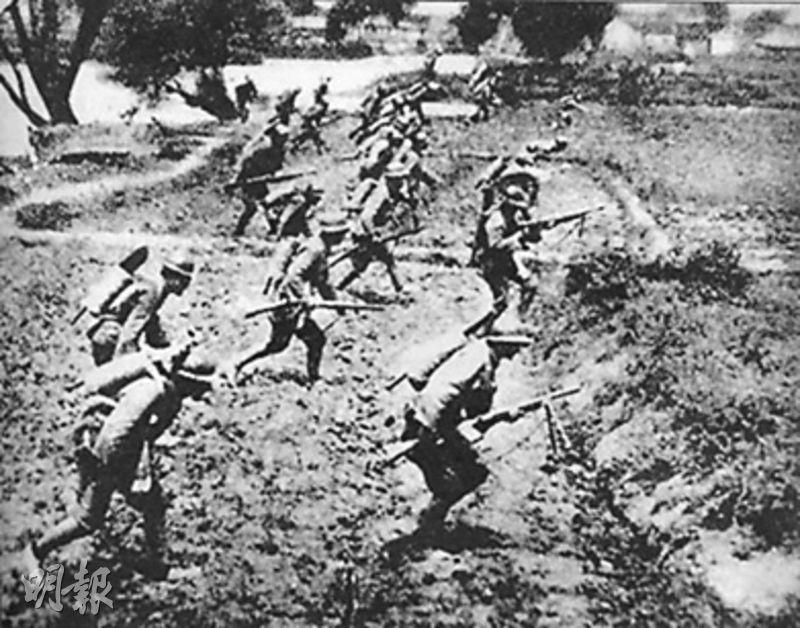 郝柏村表示,1937年8月13日爆發的上海淞滬會戰是抗戰最重要的戰役之一。圖為淞滬會戰戰場上,鐵血桂軍向日軍衝鋒反擊。10月的一天,僅桂軍廖磊集團軍便戰死6名旅長,逾萬桂軍敢死隊隊員大部分壯烈犧牲。(網上圖片)