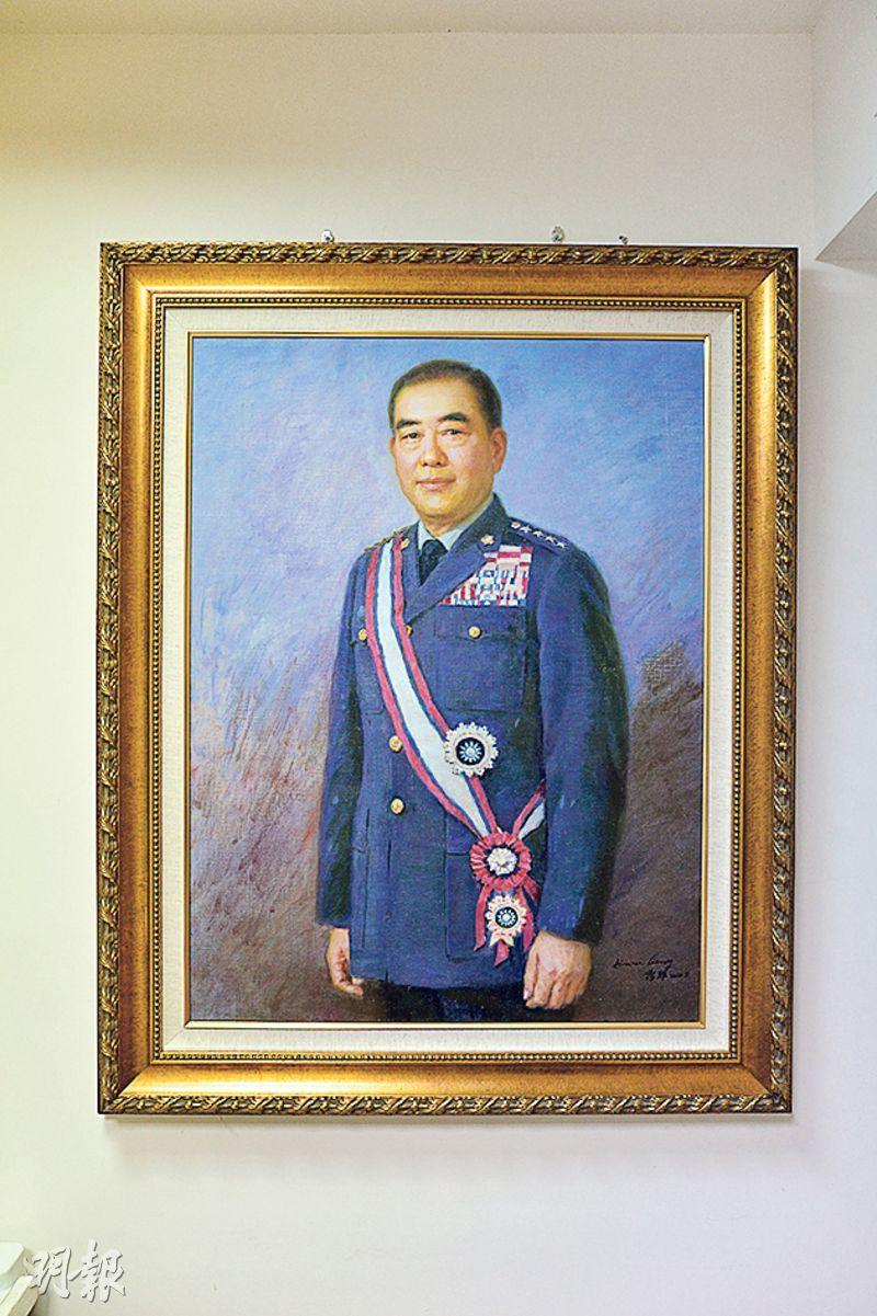 郝柏村辦公室牆上掛着自己早年的畫像。(鄧宗弘攝)