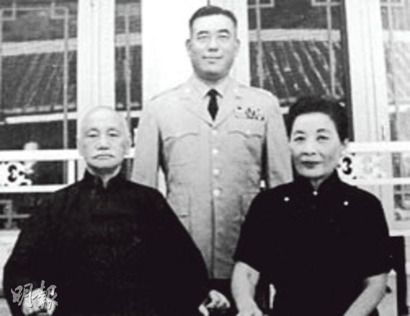 曾任蔣介石侍衛長多年的郝柏村(後)與蔣介石(左)及宋美齡(右)夫婦合照。(網上圖片)