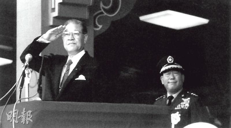1988年10月,李登輝(左)首度以繼任台灣總統身分主持國慶日閱兵活動,時任參謀總長郝柏村(右)亦在場。