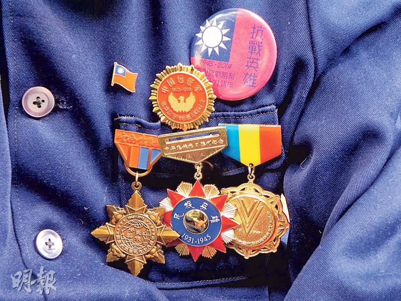 王文胸前掛的紀念章都是民間人士為他收集的,而老兵最大的心願,就是由政府頒給他們軍功章。(李泉攝)