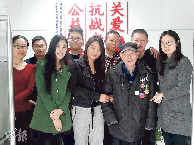 深圳的一批年輕人組成民間組織,展開探訪關愛抗戰老兵的活動,圖為他們與國軍老兵王文(前排右二)的合影。(受訪者提供)