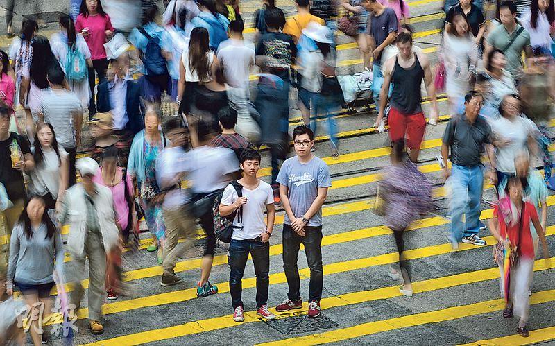 佔領運動轉眼一年,但年輕人心中火苗未滅。80後高天暉(右)、大學生劉昕雋(左)與戰友成立「八十後浪」支援其他傘後組織,在幕後實踐信念,冀為社會注入新思維。(鄧宗弘攝)