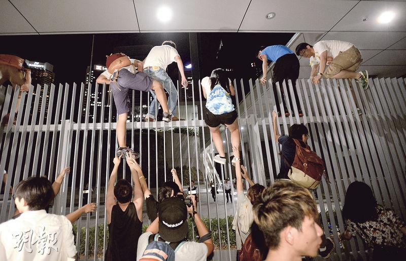 學民思潮發言人黃之鋒發號施令前,有兩名學民思潮成員「偷步」,率先爬欄進入公民廣場,為整個行動揭開序幕。(資料圖片)