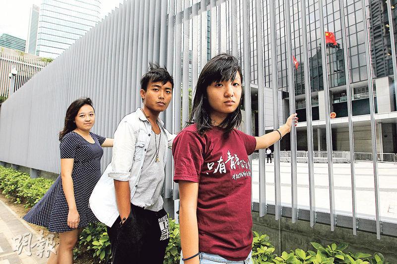 唐曉昕(右起)、鄧卓儒和文睿嵐均是去年罷課委員會成員,他們發起罷課,最後更因衝入「公民廣場」(即鐵欄內)被捕,當刻從未想過緊接其後的抗爭會是為期79天的佔領。(林俊源攝)