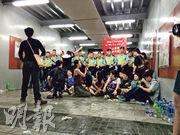 為入廣場 30人窄道與警對峙10小時