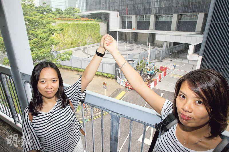 80後社工王素雯(左)和鄧皓文(右)風聞要重奪公民廣場的一刻,雖不知學生的計劃,但緊隨他們衝,惟被警方人牆攔截,在廣場外通道被困10小時。(李紹昌攝)