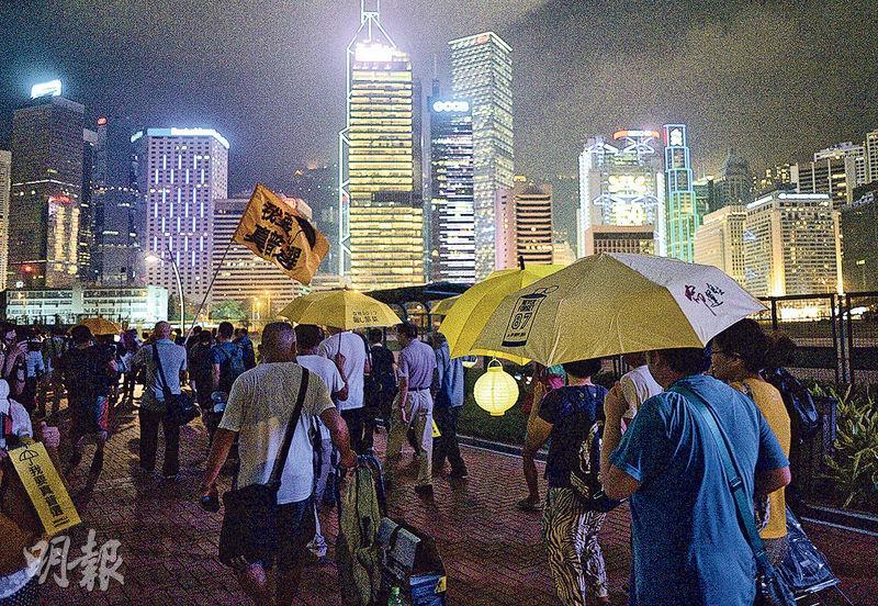 9.28佔領行動一周年前夕,「鳩嗚團」昨晚獲警方批出不反對通知書,參與者由旺角出發,乘船到中環再遊行到政府總部,不少人手持黃傘及黃花燈。(蘇智鑫攝)