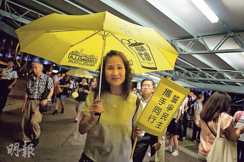 平日常參與「鳩嗚」的家庭主婦陳太說,當日學生留守及警方施放催淚彈的片段仍歷歷在目,不可忘記,故要參與「鳩嗚」紀念事件。(蘇智鑫攝)