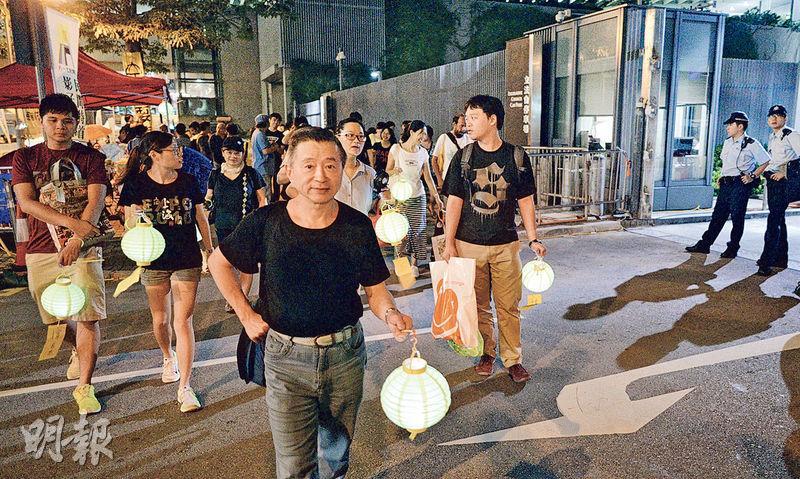 昨晚有一批自稱去年曾佔領銅鑼灣的市民,表示到金鐘政總外慶祝中秋。(蘇智鑫攝)