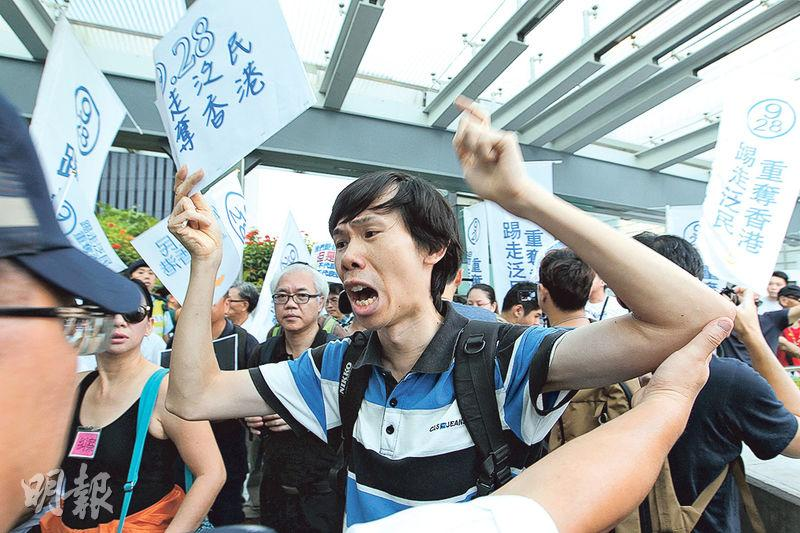 有反對佔中團體在金鐘舉行反佔中遊行,其間經過金鐘行人天橋,部分遊行者一度欲步向佔中集會者抗議,但被警員阻擋。(林俊源攝)