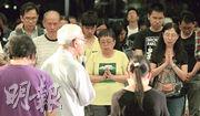 陳日君樞機(白衣背鏡頭者)昨出席由天主教正義和平委員會舉行的祈禱會,會後與其他神職人員共同領禱,為香港民主政制等禱告。(林俊源攝)