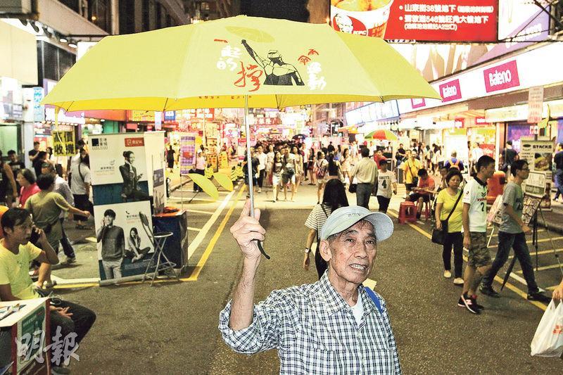 最年長的鳩嗚團友之一吳伯表示,民主行動非一朝一夕可成功,認為要繼續撐傘以表示對真普選的訴求。(林俊源攝)