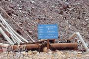 紫金山金銅礦場內的堆場,滿佈載有氰化鈉溶液的喉管,不少出現嚴重鏽蝕,甚至滲漏。(明報記者攝)