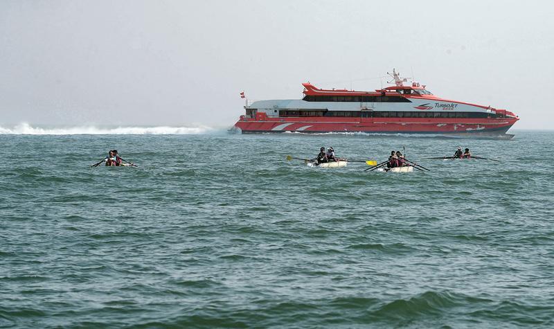 中大校友保育籌款  海中遇白海豚 划艇征澳門 勇戰船尾浪