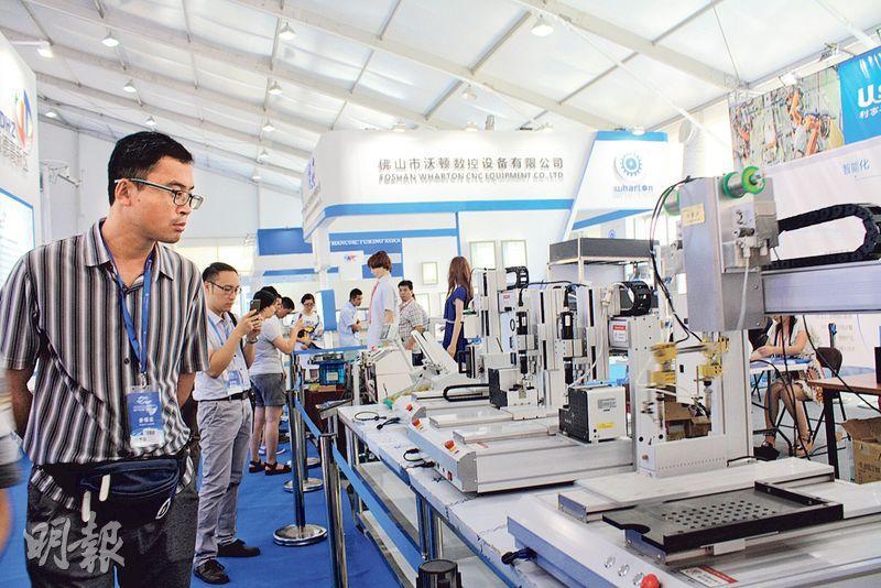 各式智能機械人上月在佛山機械人博覽會展出,吸引眾多商家。(楊立贇攝)