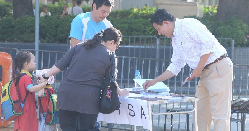 鄭承隆(右一)已打TSA牌,在街站請街坊簽名。(劉焌陶攝)