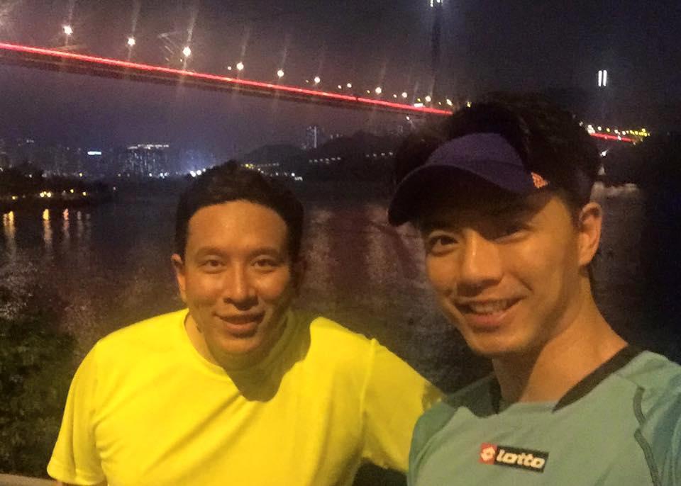 鄭承隆(左)和藝員不時相約跑步。(網上圖片)