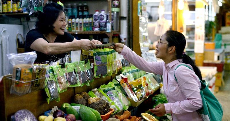 蔡咏梅(右)相信「師奶也可參選」,她們熟悉社區之餘,與區內的街坊聯系緊密,有助她為街坊發聲。(黃志東攝)
