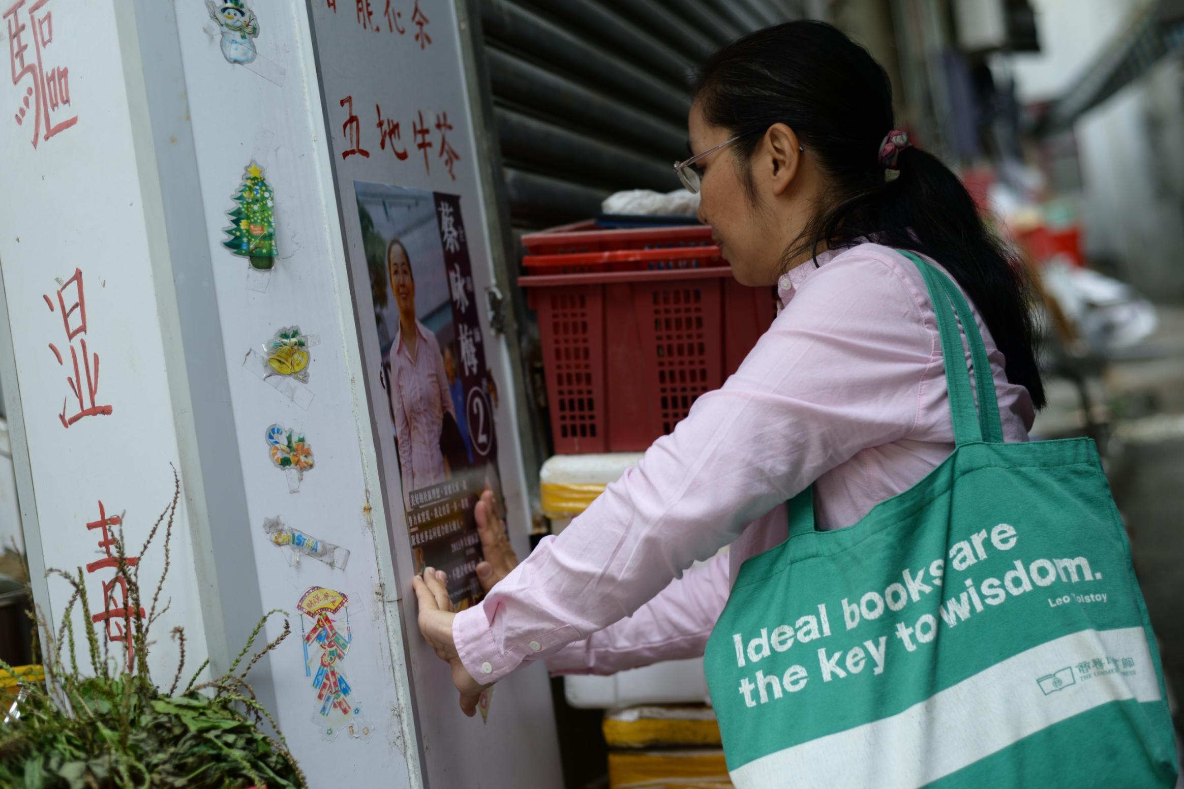 師奶帶著環保袋遊走社區。(黃志東攝)