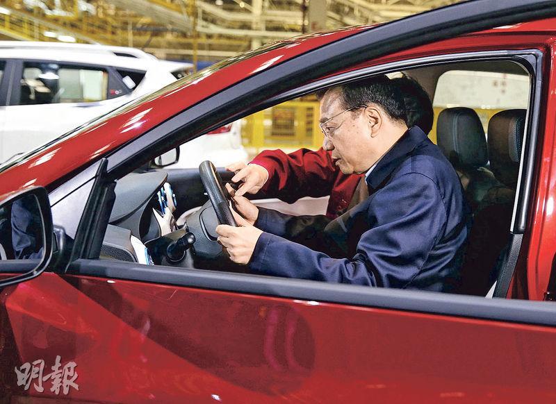 電動車獲內地政策扶持,國務院總理李克強日前到安徽一間車廠參觀,試坐新能源車。(路透社)