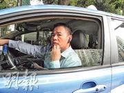 電動車司機于魯偉:電動車一旦遇到長途客,只能「見財化水」,之前在羅湖口岸遇到一個想包車去珠海的香港人,聽人說在珠海有充電樁,但是擔心充電裝置不兼容,也不敢去,對方只好坐燃油的士去了。